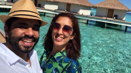 Peri und Chalid in ihrem Resort auf den Malediven: Jetzt wollen sie nur noch nach Hause.