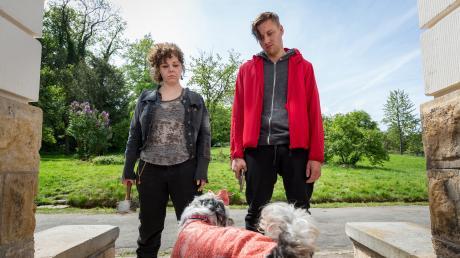 """Die beiden Entführer Freya (Sarah Viktoria Frick) und Zecke (Christopher Vantis): Szene aus dem Weimar-Tatort """"Der letzte Schrey""""."""