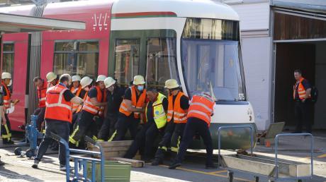 Einsatzkräfte der Feuerwehr und der Stadtwerke brachten die Straßenbahn wieder in die Gleise.