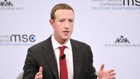 Weil er darauf verzichtet, gegen einen Beitrag von US-Präsident Donald Trump vorzugehen, steht Facebook-Gründer Mark Zuckerberg in der Kritik.