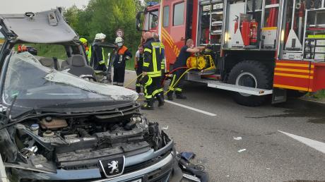 Ein Missverständnis führte dazu, dass die Lauinger Feuerwehr bei dem Unfall bei Wittislingen im Einsatz war: Beim ersten Notruf ging es um die B 16, tatsächlich ereignete sich der Unfall aber auf der DLG 7 bei Wittislingen. Die Lauinger Wehr befreite den Mann, die Wittislinger übernahm die Absicherung der Unfallstelle und reinigte anschließend die Fahrbahn.