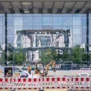 Das Bundeskanzleramt im Berliner Regierungsviertel spiegelt sich in der Fassade des Paul-Löbe-Hauses des Bundestags.