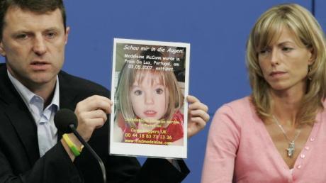 Gerry und Kate McCann zeigen während einer Pressekonferenz im Juni 2007 ein Bild ihrer verschwundenen Tochter Maddie.