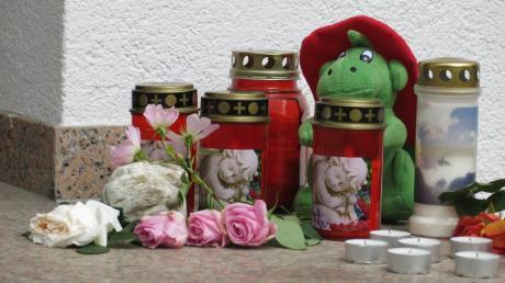 Trauer um die Todesopfer des schweren Unfalls auf der B17 bei Denklingen: Vor dem Gebäude der Feuerwehr Stätzling wurden Kerzen, Blumen und Andenken aufgestellt.