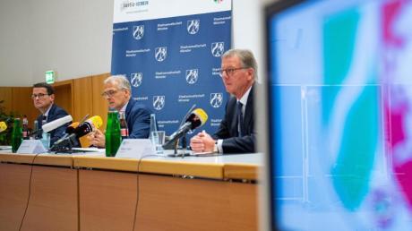 Oberstaatsanwalt Martin Botzenhardt (l-r), Ermittlungsleiter Joachim Poll und Polizeipräsident Rainer Furth informieren die Presse über den Stand der Ermittlungen.