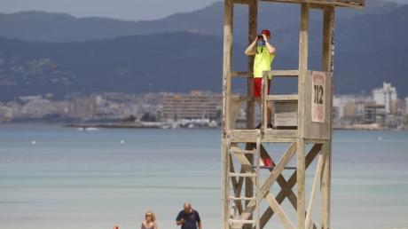 Ein Rettungsschwimmer beobachtet den Strand von Arenal.