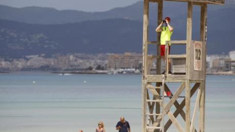 Ein Rettungsschwimmer beobachtet den Strand von El Arenal auf Mallorca.