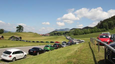 Die Straße zwischen Reichenbach und Schöllang im Gemeindegebiet von Oberstdorf: Am Pfingst-Wochenende drängten viele Menschen in die Allgäuer Berge.