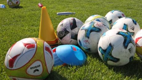 Unter strengen Hygienevorschriften dürfen Bayerns Amateurvereine auch in größeren Gruppen wieder trainieren. Die laufende Spielzeit soll bis Juni 2021 zu Ende gespielt werden.