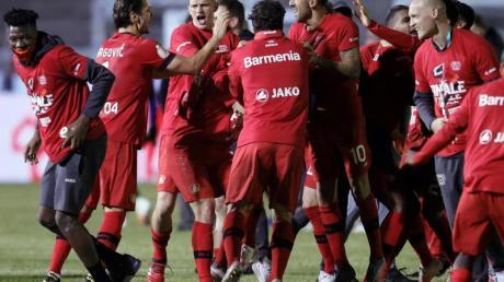 Leverkusens Mannschaft feiert nach dem Sieg über den FC Saarbrücken den Einzug ins Pokalfinale.