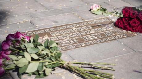 Blumen liegen neben einem Gedenkstein des ehemaligen schwedischen Ministerpräsidenten Olof Palme in Stockholm.