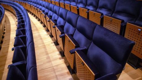Ab Montag, 6.7.20, dürfen in Bayern Theater- und Kinobesucher ihren Mund-Nasen-Schutz am Platz absetzen. Bis zum Sitzplatz muss die Maske aber getragen werden.