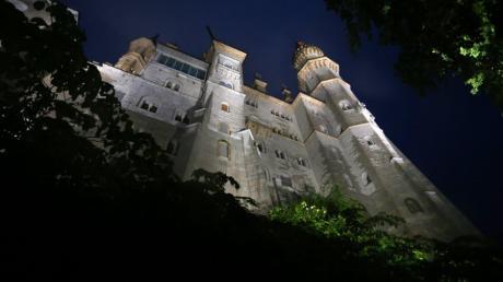 Im Licht von 47 LED-Strahlern steht seit Mittwoch das Schloss Neuschwanstein. 300.000 Euro kostete die Umrüstung auf die neue Beleuchtung.