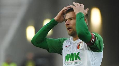 FCA-Kapitän Daniel Baier mahnt vor dem Spiel gegen Düsseldorf.