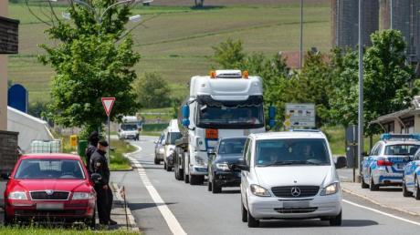 Autos fahren an der deutsch-tschechischen Grenze Richtung Tschechien. Nach fast drei Monaten öffnet Tschechien wieder seine Grenze für Bürger aus Deutschland, Österreich und Ungarn.