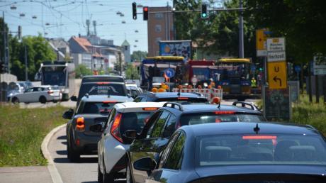 Auf der Friedberger Straße in Augsburg staut sich der Verkehr wegen einer Baustelle.
