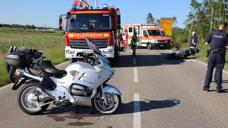 Bei einem Unfall mit zwei Motorrädern auf der B16 bei Gundelfingen sind am Freitag drei Personen verletzt worden.
