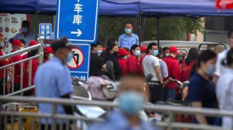Polizisten sichern einen Fleischmarkt, der von den Behörden geschlossen wurde, nachdem bekannt wurde, dass ein Besucher des Marktes positiv auf das Coronavirus getestet worden war.