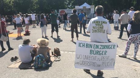 Rund 350 Menschen demonstrierten auf dem Plärrergelände gegen die Corona-Maßnahmen.