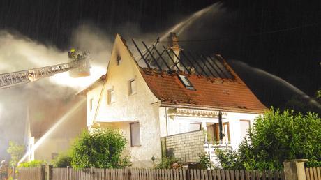 Einsatzkräfte löschen den Brand eines Dachstuhls in Krumbach.