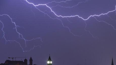 Blitze entladen sich über der Nürnberger Altstadt.