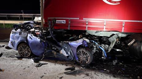 Der 20-jährige Fahrer konnte nur noch tot aus dem Wrack geborgen werden