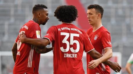 Wenn sich die Bayern-Spieler auf dem Feld unterhalten (hier: Jerome Boateng, Joshua Zirkzee und Ivan Perisic) wird auf ausschweifende taktische Diskussionen verzichtet.