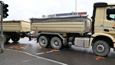 Ein Lastwagen hat auf der Großen Kreuzung in Dillingen einen 42-jährigen Radler erfasst.