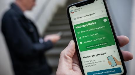 Die Corona-Warn-App der Bundesregierung kann heruntergeladen werden. Eine Übersichtsgrafik zeigt, welche Daten erfasst, gespeichert und weitergegeben werden.