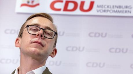 Der Bundestagsabgeordnete Philipp Amthor (CDU) beantwortet bei einer Pressekonferenz die Fragen von Journalisten.