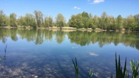 Falls es das Wetter zulässt, ist der Gablinger Baggersee ein beliebter Badeort. Der See teilt sich in zwei kleinere Weiher auf. Der vordere See ist von großen grünen Wiesen und Bäumen umgeben, die am Rand vereinzelt Schatten spenden.