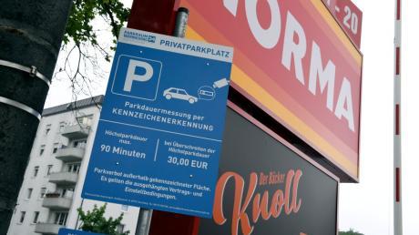 Beim Norma-Supermarkt im Augsburger Stadtteil Hochzoll wird die Parkzeit der Kunden digital erfasst.