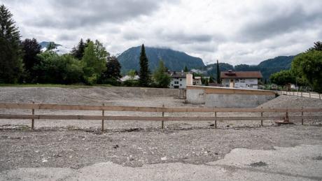 Wo die neue Therme in Oberstdorf gebaut werden sollte, klafft derzeit eine Grube. Gut möglich, dass es noch länger so bleibt.