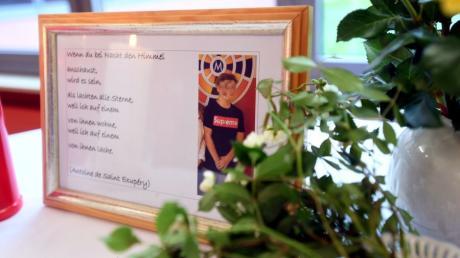 In Nordendorf sind am Wochenende ein 15-Jähriger und ein 16-Jähriger gestorben. In der Meitinger Mittelschule wurde ein Gedenktisch von Mitschülern aufgestellt.