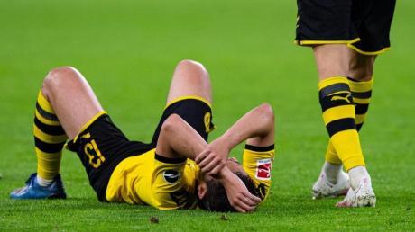 BVB-Spieler Raphael Guerreiro liegt auf dem Rasen.