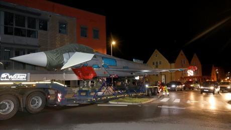 Ein Eurofighter wird auf einem Tieflader quer durch Kaufbeuren zum Fliegerhorst transportiert.