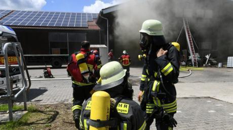 Bei einem Brand auf einem Bauernhof in Hirblingen waren viele Feuerwehrleute im Einsatz.