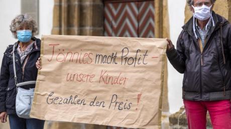 Demonstranten halten während einer Mahnwache zur Situation beim Fleischwerk Tönnies auf dem Marktplatz in Rheda-Wiedenbrück ein Schild mit der Aufschrift «Tönnies macht Profit - unsere Kinder bezahlen den Preis!».