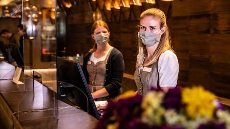 Empfang mit Mundschutz: Noch müssen die Mitarbeiterinnen an der Rezeption des Hotels König Ludwig in Schwangau die Masken tragen.