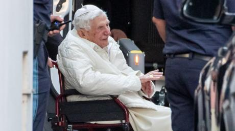 Der emeritierte Papst Benedikt XVI ist zum ersten Mal seit seinem Rücktritt vor mehr als sieben Jahren nach Deutschland zurückgekehrt.