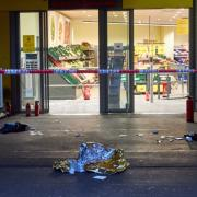In einer Netto-Filiale am Königsplatz in Augsburg ist im Juni ein Polizeieinsatz eskaliert. Die Polizei schoss auf einen mutmaßlichen Ladendieb. Bald soll der Prozess gegen den Mann starten.