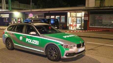 In einem Internetcafé im Norden von Ingolstadt ist am Freitagabend ein Mann erschossen worden. Für ihn kam jede Hilfe zu spät. Die Polizei nahm einen Verdächtigen noch vor Ort fest.