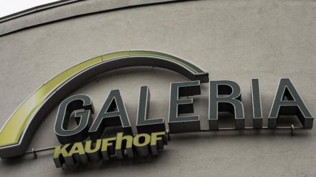 Der Warenhauskonzern Galeria Kaufhof Karstadt will nach erfolgreichen Verhandlungen mit Vermietern sechs Standorte weniger schließen. 750 Mitarbeiter könnten so ihren Job behalten.