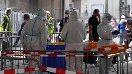 Soldaten der Bundeswehr helfen auf dem Betriebsgelände der Firma Tönnies bei einer Corona-Reihenuntersuchung.