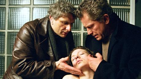 Die Kommissare Franz Leitmayr (Udo Wachtveitl) und Ivo Batic (Miroslav Nemec) finden die Erotikschriftstellerin Hermine Horkens (Antje Widdra) ohnmächtig im Dampfbad ihres Lofts.