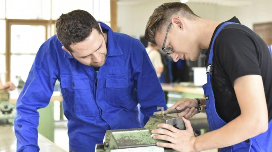 Aktuell kommen in Bayern auf eine Ausbildungsstelle zwei  offene Lehrstellen. Die Chancen für junge Menschen, einen Ausbildungsplatz in ihrem Wunschberuf und in ihrer Region zu bekommen, waren selten so gut wie derzeit.