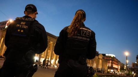 Einsatzkräfte der Polizei stehen nach den Ausschreitungen in Stuttgart auf dem Schlossplatz. Gewalttätige Kleingruppen hatten in der Nacht zum Sonntag die Innenstadt verwüstet.