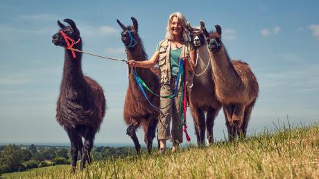 Ines Schneider mit ihren Lamas - Urlauber können mit den Tieren wandern gehen.