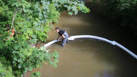 Feuerwehrleute haben bei Regglisweiler Ölsperren in den Gießen eingelassen, um zu verhindern, dass sich das Öl im Wasser weiter ausbreitet.