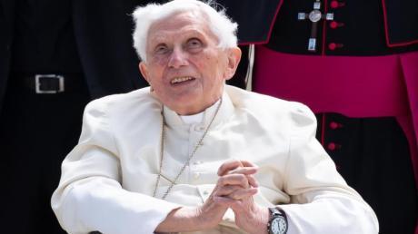 Der emeritierte Papst Benedikt (93) hat zugunsten des Heiligen Stuhls auf sein Erbe aus dem Nachlass seines älteren Bruders Georg Ratzinger verzichtet.
